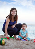 Happy mother with toddler on beach — Stock fotografie