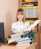 Blonde businesswoman reading documents — Stockfoto