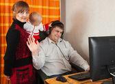 Moeder en dochter verstoort vader — Stockfoto