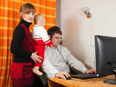 Man arbetar hemma — Stockfoto