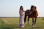 Mulher bonita perto de cavalo — Foto Stock