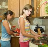 Familie in de keuken — Stockfoto