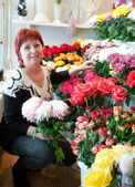 Florist in her small flower shop — Stock Photo