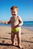 Criança feliz na praia de areia — Fotografia Stock