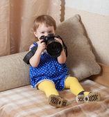 Kız bebek fotoğraf makinesi ile çeker. — Stok fotoğraf
