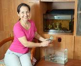 Vrouw met aquaria — Stockfoto