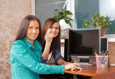 Two women using PC — Foto Stock