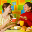 Women talking in kitchen — Stock Photo