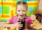 Klein meisje eten marmelade — Stockfoto