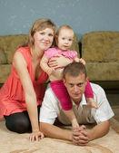 šťastní rodiče s dítětem — Stock fotografie