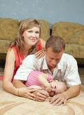 родители с ребенком в доме — Стоковое фото