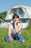 Donna felice sul prato davanti a casa — Foto Stock