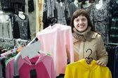 žena si vybírá oblečení — Stock fotografie