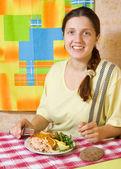 Mujer teniendo su suppe — Foto de Stock