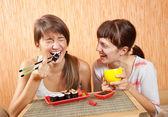 快乐妇女吃寿司卷 — 图库照片