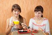 Donne che consumano i rotolini di sushi — Foto Stock