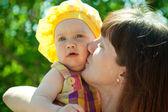 快乐妈妈接吻的宝贝女儿 — 图库照片