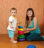 Feliz madre y el bebé juega con juguetes — Foto de Stock