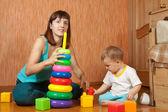 Matka a dítě hraje s pyramidion — Stock fotografie