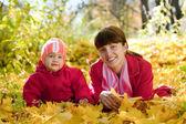 Mor och barn i höst park — Stockfoto