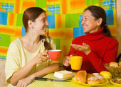 Women talking in kitchen — Stock Photo
