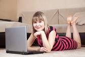 Meisje die op laptop werkt, — Stockfoto