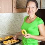 vrouw zet plantaardige beenmerg ring in roosteren lade — Stockfoto