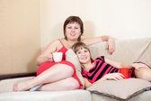 轻松的妇女躺在沙发上 — 图库照片