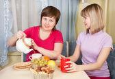 Girls have tea with cookies — Stock fotografie