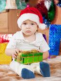 Ragazzo si siede con il regalo di natale — Foto Stock