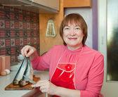 Vrouw is het reinigen van vis — Stockfoto