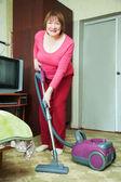 Mujer de limpieza con vacío cleane — Foto de Stock