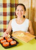 女性はぬいぐるみトマトをチーズを追加します — ストック写真