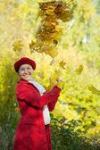 Szczęśliwy starsza kobieta w jesieni — Zdjęcie stockowe