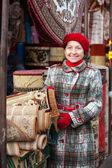 Kobieta wybiera dywan — Zdjęcie stockowe