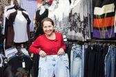 Mulher madura escolhe jeans — Foto Stock
