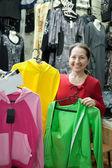 Donna matura sceglie vestiti — Foto Stock