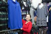 Mulher madura escolhe vestido — Foto Stock