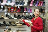 Mujer madura elige los zapatos — Foto de Stock