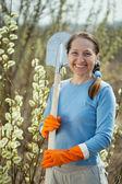 Female gardener with spade i — Stock Photo