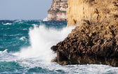 Sea wave breaking against cliff — Stock Photo