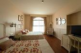 2 つのダブルベッド付きのベッドルーム — ストック写真
