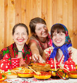 Mother with daughters eating pancake — Stock Photo