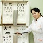Ophthalmologist testing eyesight — Stock Photo