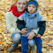 Foto Stock: Mother with boy in autumn