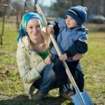 Женщина и мальчик, работы с лопатой — Стоковое фото #9006973