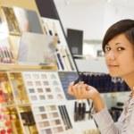 kobieta wybiera kosmetycznych — Zdjęcie stockowe