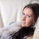 Женщина расслабляющий на диване — Стоковое фото #9007976