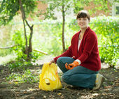 Mujer fertiliza el suelo — Foto de Stock