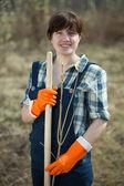 Mulher redefinindo brotos de bush — Fotografia Stock